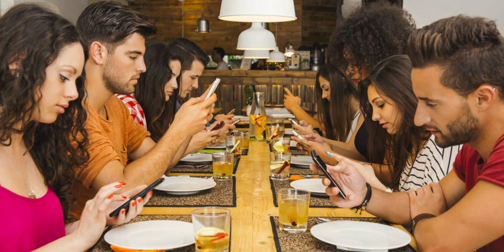 handysucht essen im restaurant mit handy 1500x750 1
